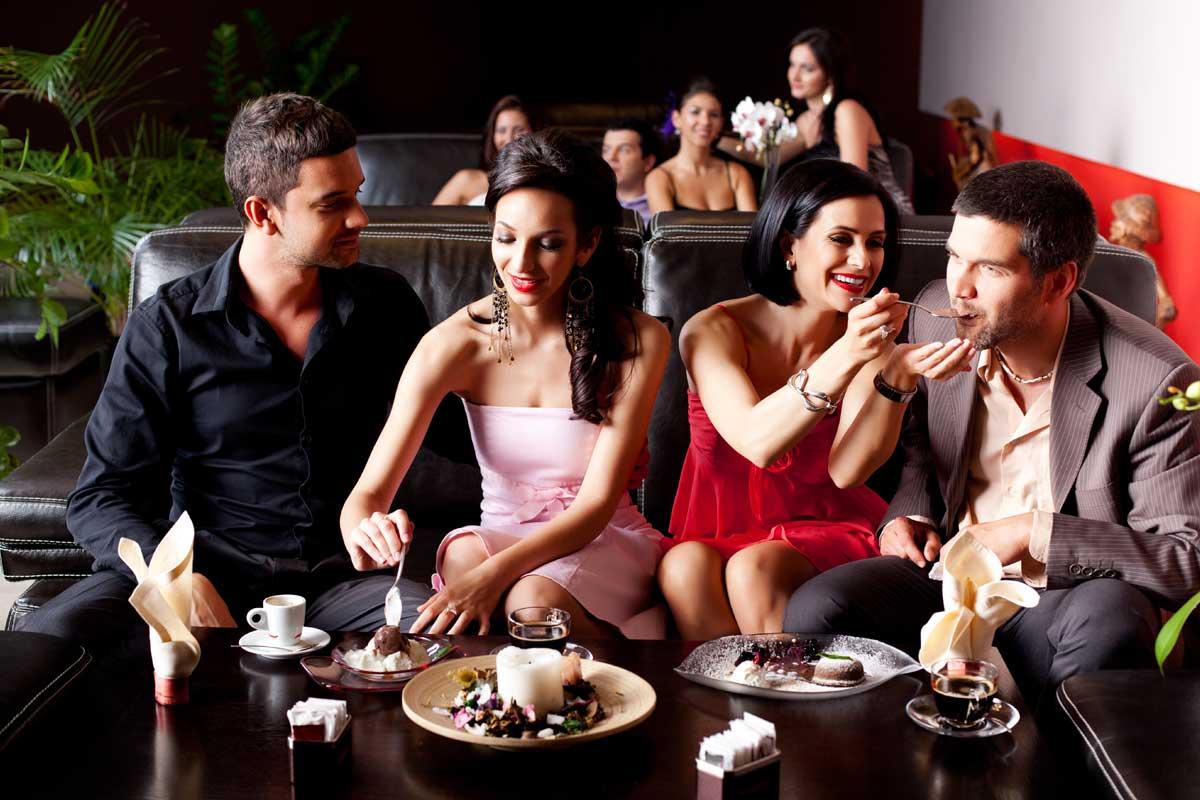 Фото в ресторане за столом без лица